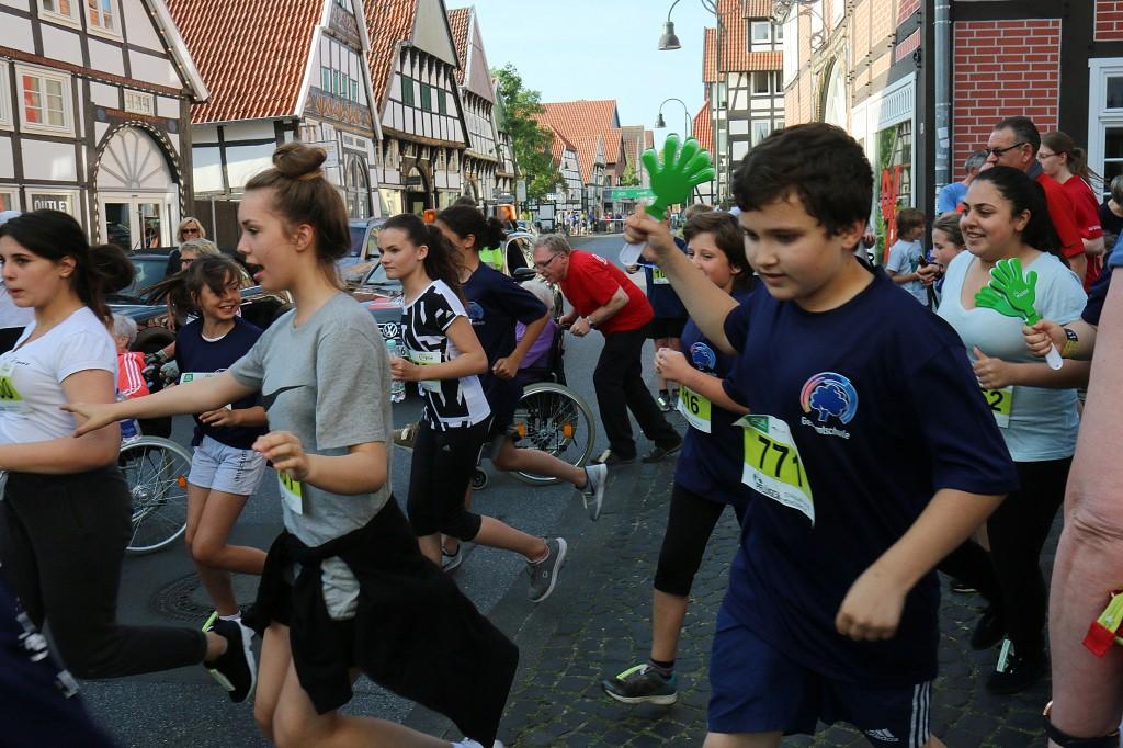 rob-Schueler der Gesamtschule liefen mit Klatschhaenden_0505